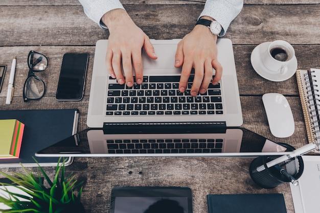 Homme d'affaires au travail. gros plan, vue haut, de, homme travaille, sur, ordinateur portable Photo Premium