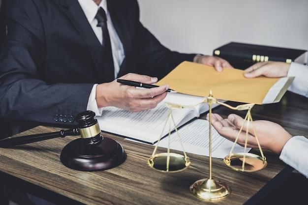 Homme d'affaires et avocat ou juge consultent pour réunion d'équipe Photo Premium
