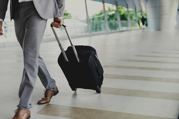 Homme d'affaires avec un bagage en voyage d'affaires Photo Premium