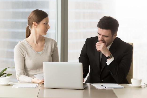 Homme d'affaires bâillant sur une réunion d'affaires ennuyeuse Photo gratuit