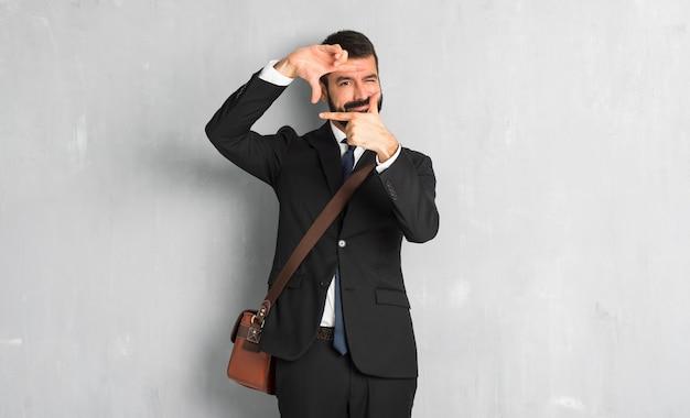 Homme affaires, barbe, focaliser, figure symbole d'encadrement Photo Premium