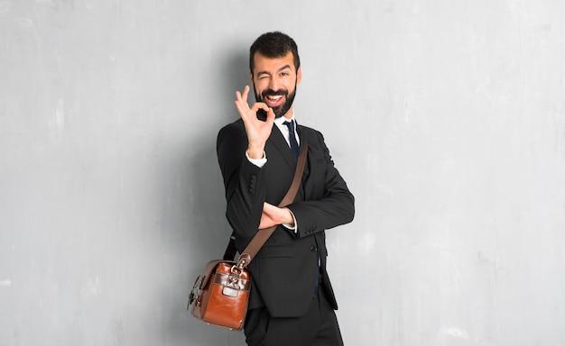 Homme affaires, barbe, montrer signe ok, cligner, oeil Photo Premium