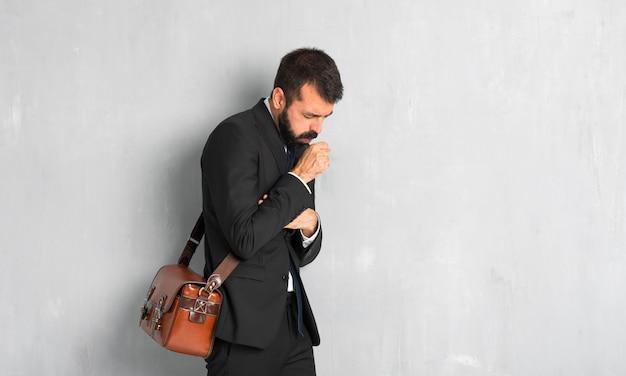 Homme d'affaires avec la barbe souffre de toux et se sent mal Photo Premium