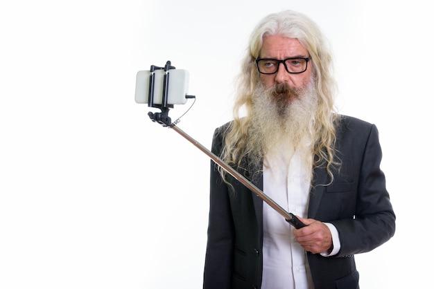 Homme D'affaires Barbu Senior Prenant Une Photo De Selfie Photo Premium