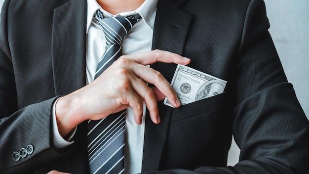 Homme d'affaires avec billets d'un dollar en poche Photo Premium