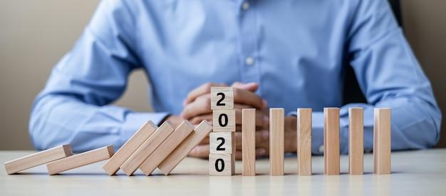 Homme d'affaires avec des blocs de bois 2020 Photo Premium