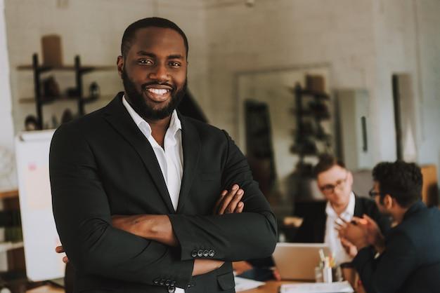 Homme d'affaires avec les bras croisés est souriant. Photo Premium