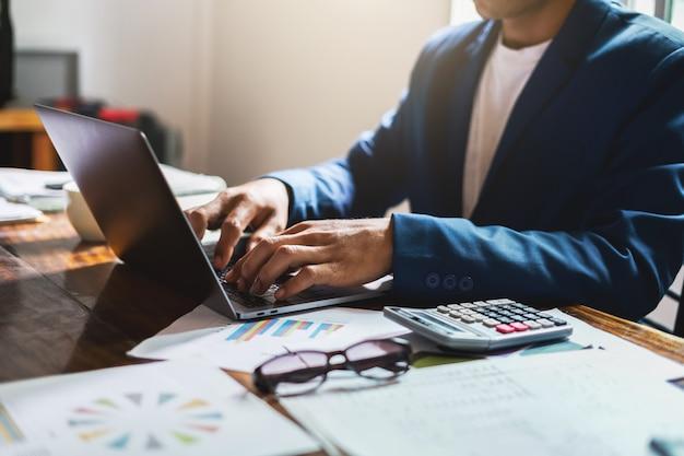 Homme affaires, bureau, bureau, utilisation, ordinateur portable Photo Premium