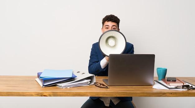 Homme affaires, bureau, crier, mégaphone Photo Premium