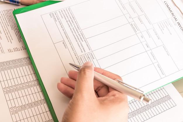 Homme d'affaires calculer les factures, son lieu de travail pour la déclaration de revenus des particuliers Photo Premium
