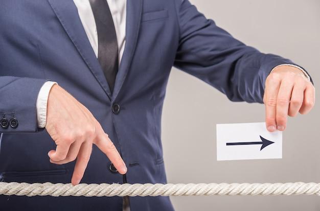 Homme affaires, carte papier, à, message, écrit, dessus Photo Premium