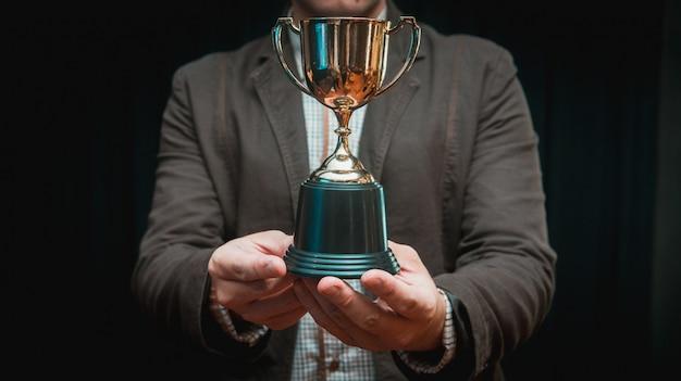 Homme d'affaires célèbre avec trophée pour le succès en affaires Photo Premium