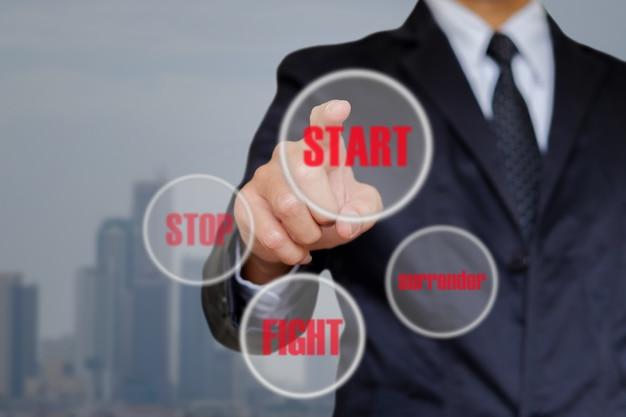 Homme d'affaires choisir commencer. Photo Premium