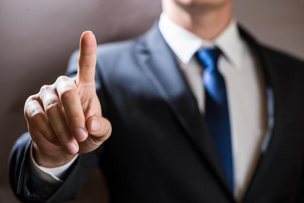 Homme d'affaires, cliquez sur l'écran tactile virtuel. contexte de présentation informatique futuriste Photo Premium