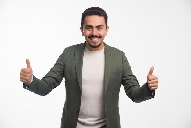 Un Homme D'affaires En Code Vestimentaire Fait Le Pouce Vers Le Haut. Photo gratuit
