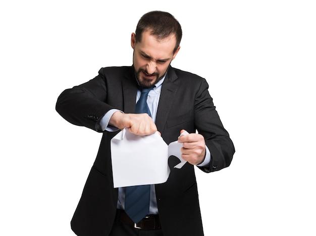 Homme d'affaires en colère déchirer un document Photo Premium