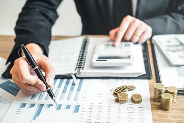 Homme d'affaires comptabilité calcul des coûts investissement et économie dans le budget économique Photo Premium