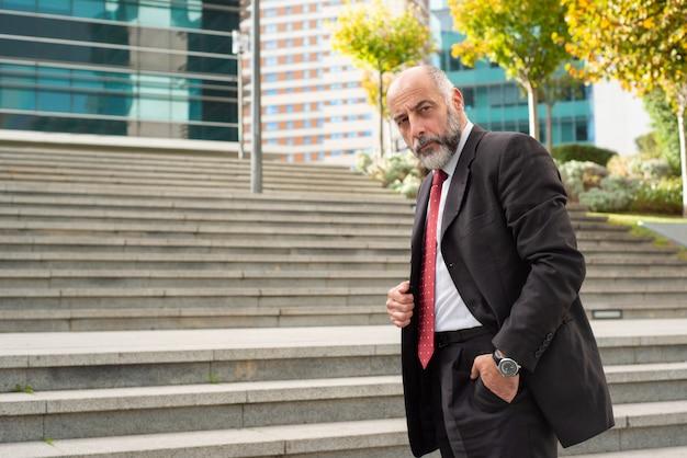 Homme D'affaires Confiant, Debout Dans La Rue Photo gratuit