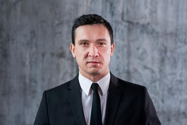 Homme D'affaires Confiant En Regardant La Caméra Photo Premium