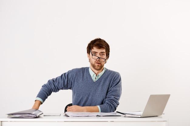 Homme D'affaires Confus Assis Au Bureau Photo gratuit
