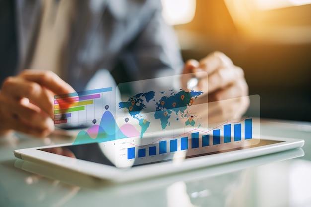 Homme D'affaires Consultant En Analyse Du Rapport Financier De L'entreprise Photo Premium