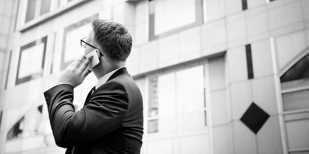 Homme affaires, conversation, téléphone, concept Photo gratuit