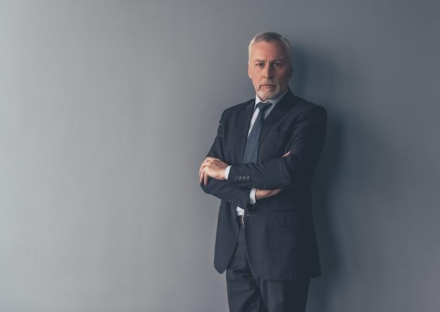 Homme d'affaires en costume officiel regarde la caméra. Photo Premium