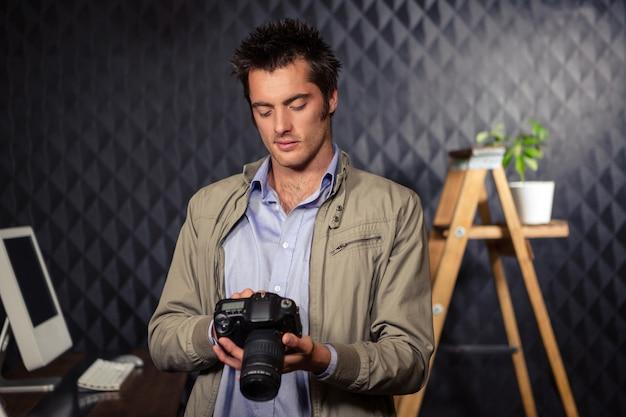 Homme D'affaires Créative Regardant La Photo à La Caméra Photo Premium