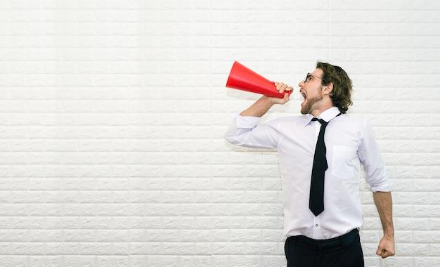 Homme d'affaires, criant sur le mégaphone pour dire quelque chose Photo Premium