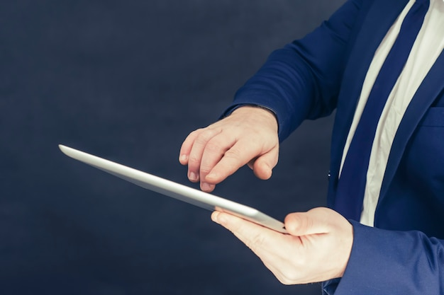 Homme D'affaires Dans Une Chemise Et Une Veste Bleue Avec Tablette à La Main. Photo Premium