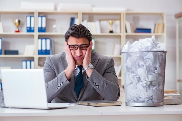 Homme d'affaires dans le concept de recyclage du papier au bureau Photo Premium
