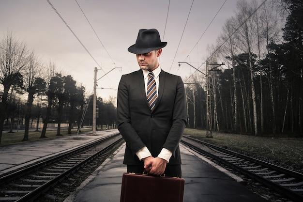 Homme d'affaires dans une gare Photo Premium