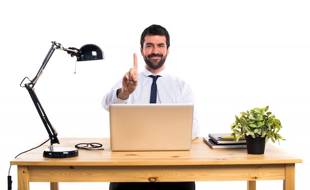 Homme d'affaires dans son bureau comptant un Photo gratuit