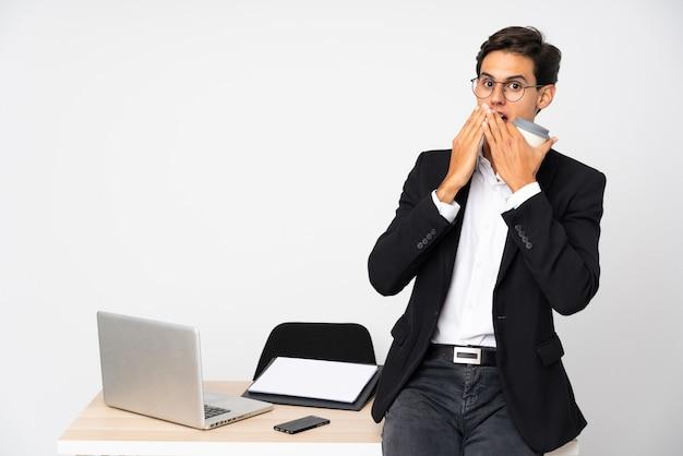 Homme D'affaires Dans Son Bureau Sur Un Mur Blanc Avec Une Expression Faciale Surprise Photo Premium