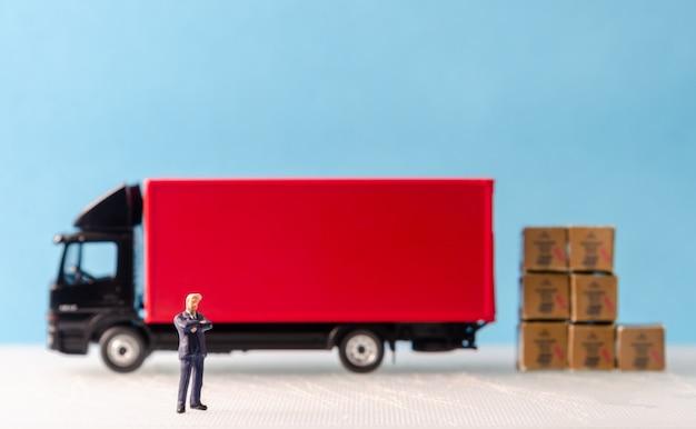 Homme D'affaires Debout Devant La Flotte De Camions Photo Premium