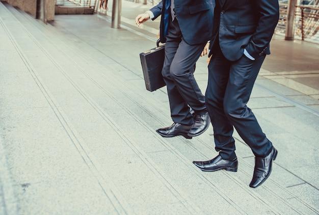 Homme d'affaires défocalisé ou estompée marchant dans les escaliers avec fond de ville, hommes d'affaires vont au concept de réussite, style vintage. Photo Premium