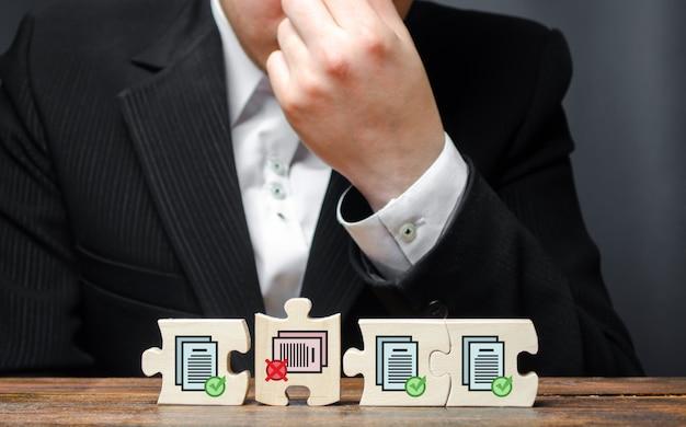 Homme D'affaires En Désarroi De Son Incapacité à Compléter La Collecte De Permis Pour Des Travaux Ultérieurs Photo Premium