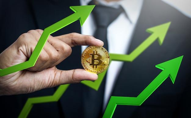 Homme D'affaires Détenant Bitcoin Avec Flèche 3d Verte Vers Le Haut. Le Prix Du Bitcoin Augmente Photo Premium
