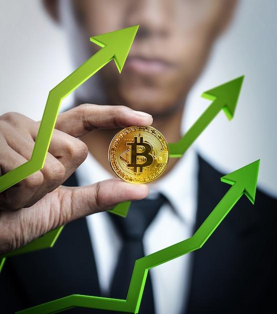 Homme D'affaires Détenant Bitcoin Avec Flèche 3d Verte Vers Le Haut. Prix Du Bitcoin En Hausse Concept Photo Premium