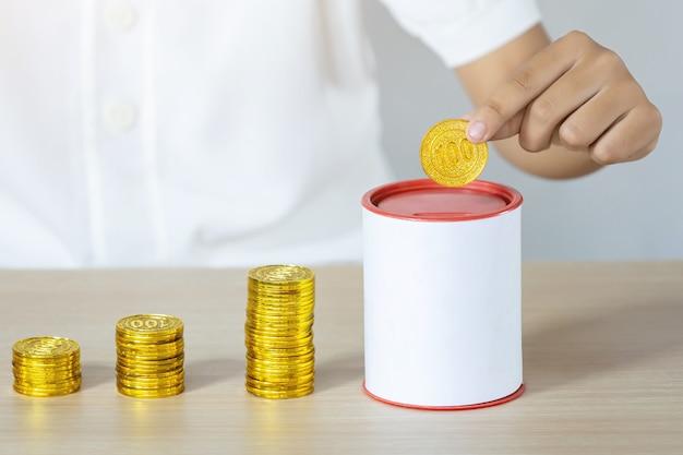 Homme D'affaires Détenant Des Pièces D'or Mettant En Tirelire. Concept D'économiser De L'argent Pour La Comptabilité Financière Photo Premium