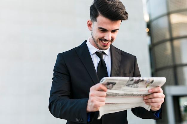 Homme d'affaires devant l'immeuble de bureaux Photo gratuit