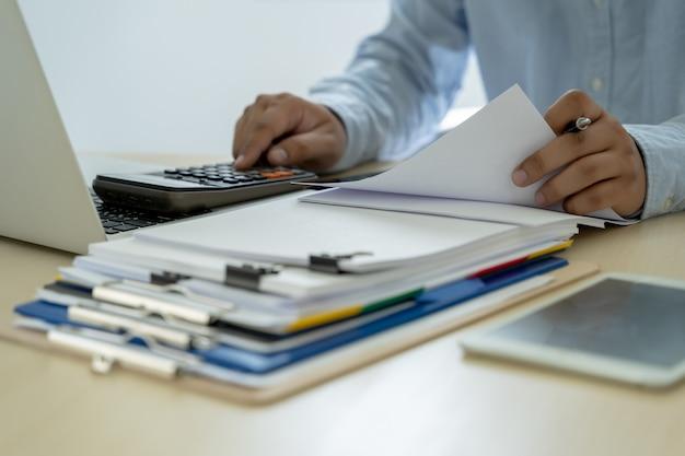 Homme d'affaires documente les rapports d'activité, le succès au travail analyser les plans de document Photo Premium