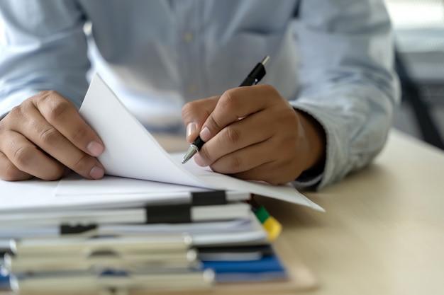 Homme d'affaires documente les rapports de gestion, le succès au travail Photo Premium