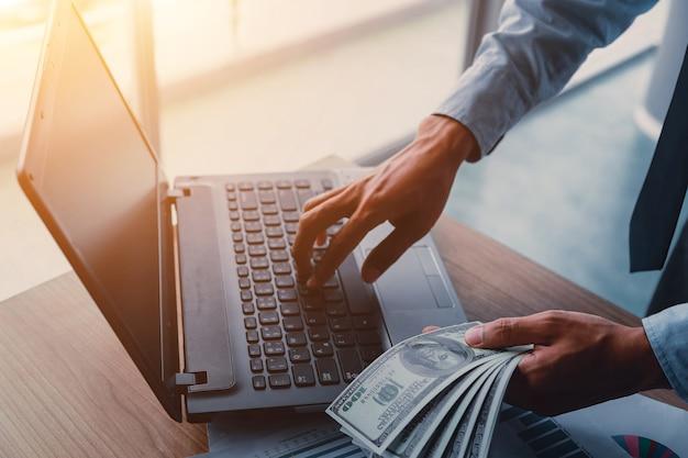 Homme D'affaires Avec Des Dollars En Espèces Photo Premium