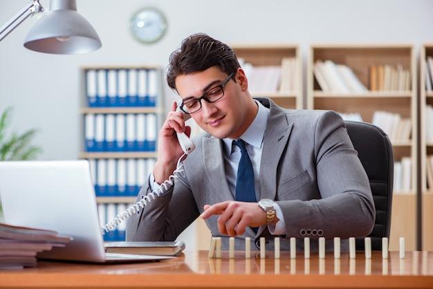 Homme d'affaires avec des dominos au bureau Photo Premium