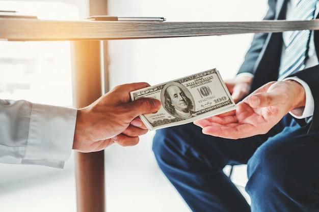 Homme D'affaires Donnant Des Billets D'un Dollar Corruption Pour Chef D'entreprise Photo Premium