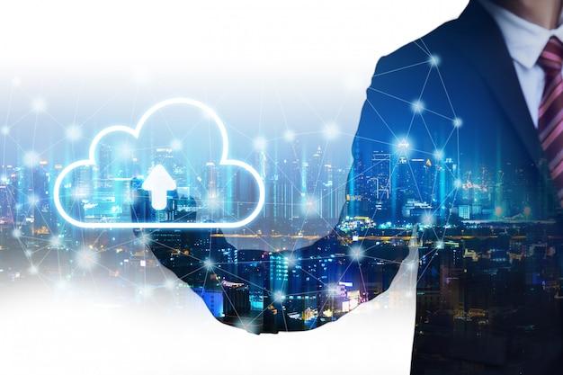 Homme d'affaires double exposition avec concept de connexion réseau nuage Photo Premium