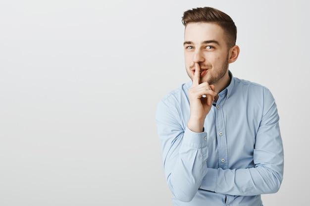Homme D'affaires Drôle Rusé Shushing Avec Sourire, Préparer La Surprise Photo gratuit
