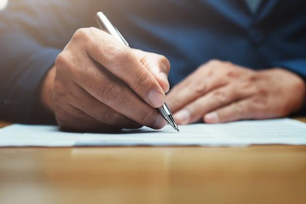 Homme affaires, ecrire, papier, rapport, bureau Photo Premium