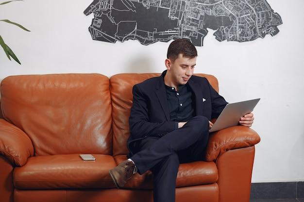 Homme D'affaires élégant Travaillant Dans Un Bureau Et Utiliser L'ordinateur Portable Photo gratuit